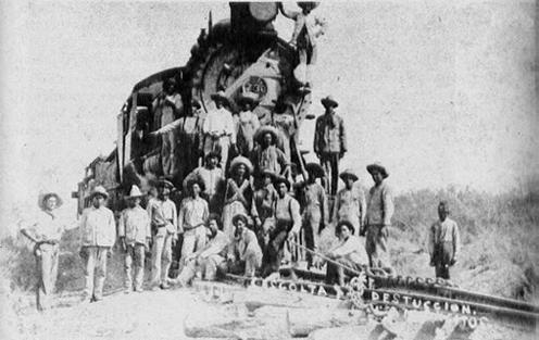 04 Guerrilleros junto a un tren estacionado-chico